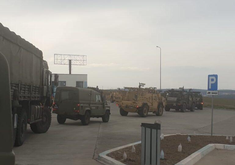 Coloane militare au fost văzute sâmbătă seară la ieșirea din București. România se pregătește de un exercițiu militar de amploare (Foto)