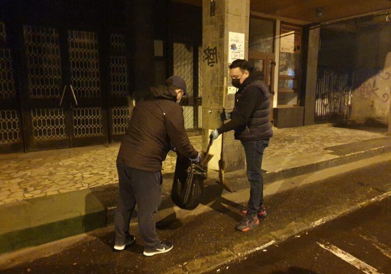 Situaţie stupidă la Ploieşti: Gunoierii sunt în grevă şi Primăria a făcut curat cu voluntari, iar Poliţia a sancţionat-o