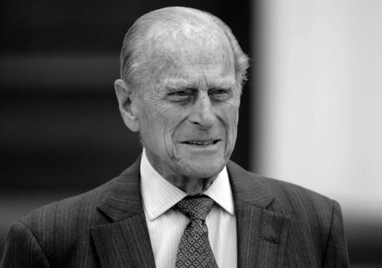 Moartea prințului Philip: Politicienii transmit condoleanțe, zeci de oameni aduc flori la Palatul Buckingham, iar steagurile au fost coborâte în bernă