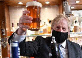 Boris Johnson a sărbătorit, în sfârșit, relaxarea restricțiilor la o bere (Foto&Video)