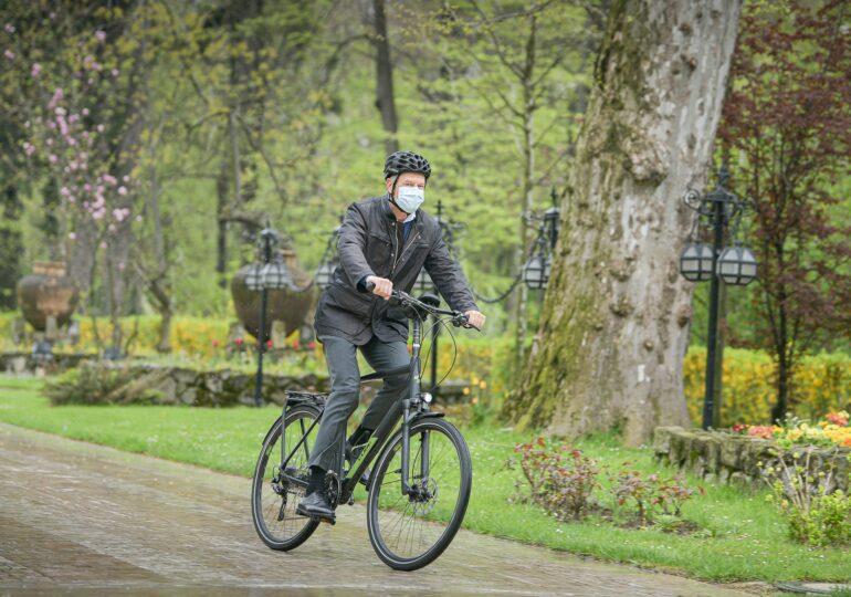 Iohannis a mers pe bicicletă la Cotroceni și le cere românilor sa facă la fel: Este sănătos și descongestionează traficul (Foto)
