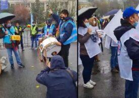 Protest în fața Guvernului: Mafioții în țara asta sunt ridicați la rang de noblețe. Demisia! (Video)
