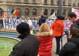 Sute de oameni protestează la adresa restricțiilor: Manifestanții circulă prin Capitală, deși e trecut de ora 20:00 UPDATE