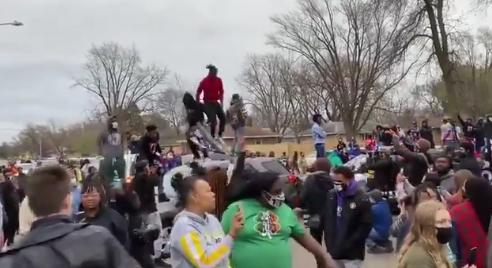 Protestele Black Lives Matter au reizbucnit în SUA, după ce un tânăr de culoare, de 20 de ani, a fost împușcat mortal de polițiști (Video)