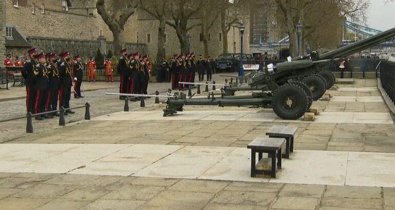 Salve de tun au fost trase în onoarea prințului Philip în Regatul Unit, pe uscat și pe mare (Video)