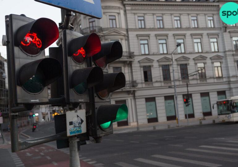 Ce se întâmplă, de fapt, cu semaforizarea inteligentă din București? Nicușor Dan spunea că s-a stricat, Primăria Capitalei susține că funcționează, însă jumătate dintre intersecţii nu sunt în sistem