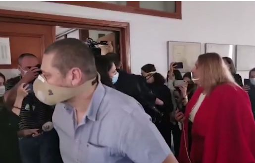Diana Șoșoacă a făcut circ în Parlament, pentru că nu a fost lăsată să intre fără mască. A sunat la 112 și acuză că a fost bătută