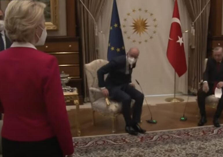 Şefa CE a fost lăsată trei ore fără scaun la o întâlnire oficială. Turcii şi colegul ei Michel aruncă pisica responsabilităţii