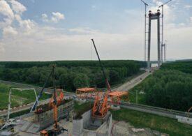 """Podul suspendat de la Brăila trece la etapa """"catwalk"""": Cablurile cântăresc 6.700 de tone și fiecare are o lungime de 2 km (Galerie foto)"""