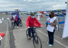 """Bicicliștii au avut prioritate la centrul de vaccinare drive-thru în Deva, de """"vinerea verde"""" (Galerie foto)"""