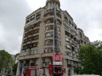 Intervenţie spectaculoasă în Bucureşti. Pompierii au intrat pe geam la etajul 8, chemaţi de vecinii care nu mai văzuseră locatarul de multă vreme (Foto&Video)