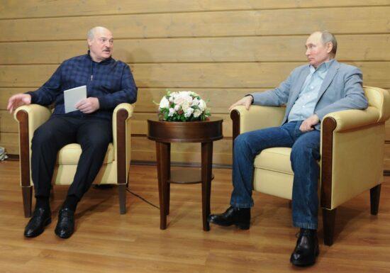 """Follow the money: Occidentul poate lua urma banilor lui Lukașenko, dacă vrea să îl salveze pe Protasevici. De ce e mai profitabil pentru regim ca el să moară <span style=""""color:#ff0000;font-size:100%;"""">Interviu video</span>"""