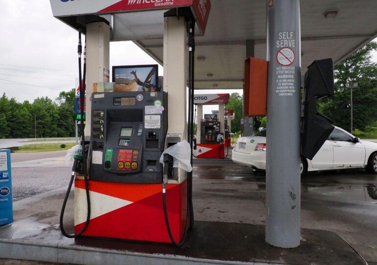 Panică la pompă: Americanii nu găsesc benzină şi preţurile au explodat. Biden îndeamnă la calm