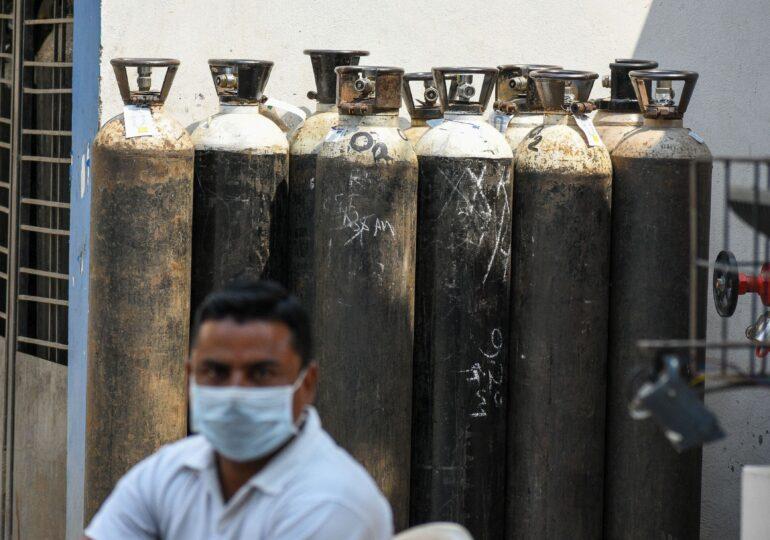 Dramele și eroii din India: Unii vând mașinile pentru a dona oxigen, alții merg pe piața neagră