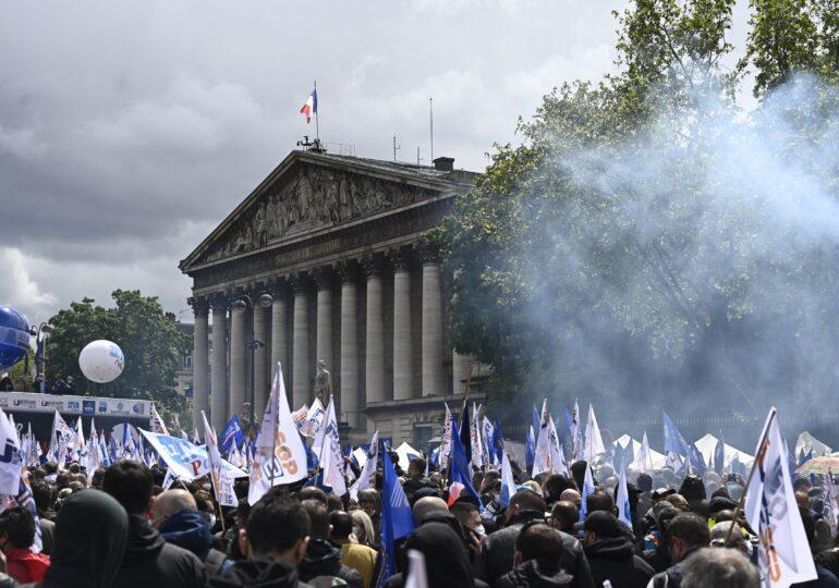 Polițiștii din Franța au ieșit în stradă și spun că legile sunt făcute să-i apere pe infractori, nu și pe ei