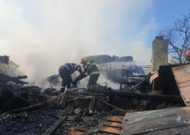 Incendiu puternic la şase case din Bârlad. Trei persoane au suferit atacuri de panică (Foto)