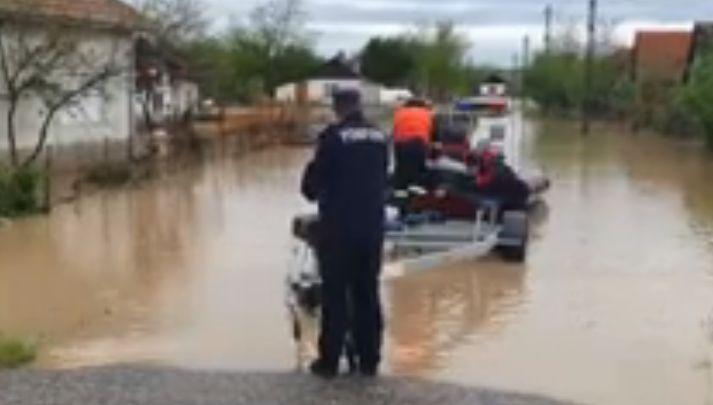 Cod roşu de inundaţii în Satu Mare: Un șofer a fost surprins de viitură, oamenii sunt scoși cu bărcile din case (Video)