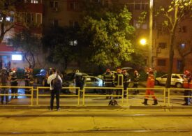O mașină a ars complet în apropiere de centrul Capitalei: Focul s-a extins la alte 3 mașini parcate