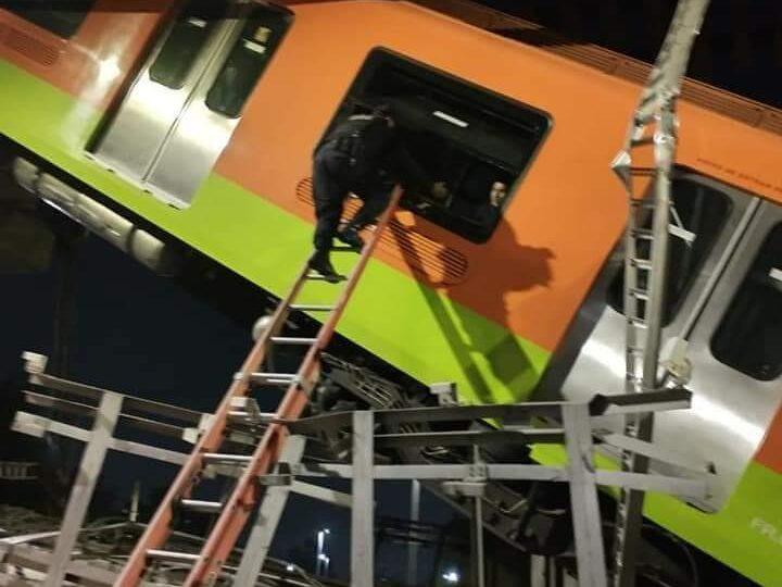 Un tren suspendat din Ciudad de México s-a prăbuşit după surparea unei pasarele: Cel puţin 20 de morţi şi 70 de răniţi (Foto&Video)
