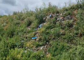 O primărie din Prahova a acoperit mii de metri cubi de gunoaie cu pământ, ca să pară un deal