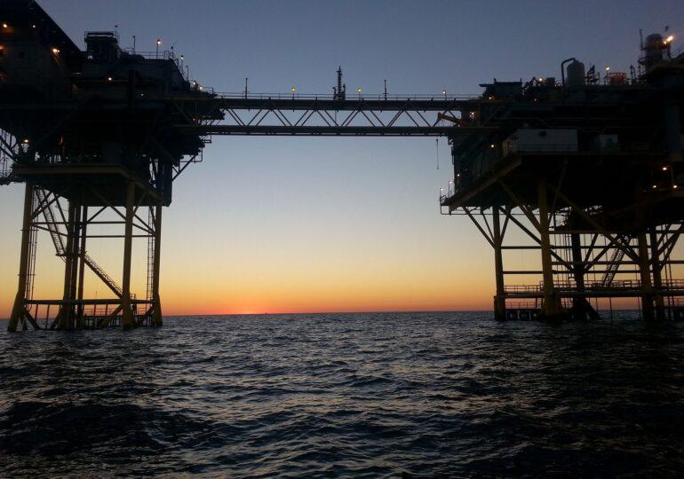 Gazele zac nefolosite sub Marea Neagră şi UE ne strânge cu uşa, cât noi dăm din colţ în colţ