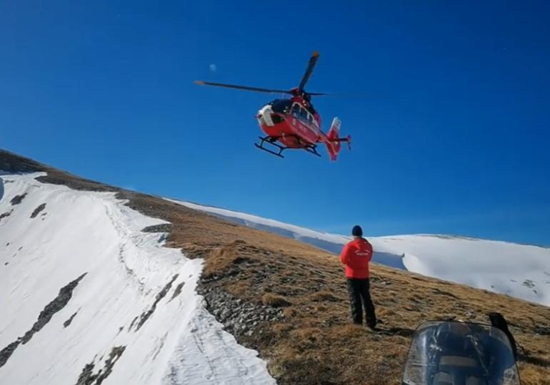 Supraviețuire în stilul lui Bear Grylls: Un bucureștean de 19 ani, pierdut pe munte, și-a făcut un adăpost în zăpadă ca să reziste peste noapte (VIDEO)