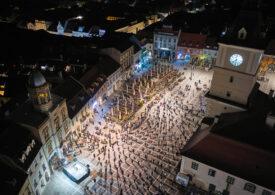 Imagini impresionante de la Braşov: Cum au stat oamenii la slujba de Înviere din Piaţa Sfatului (Foto)