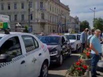 Zeci de taximetriști, inclusiv străini angajați în România, au format cozi la vaccinare la un centru drive thru din Arad (Video)