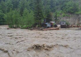 Ploile continuă să facă ravagii în țară: Un bărbat a murit, iar un altul este căutat (Foto&Video)