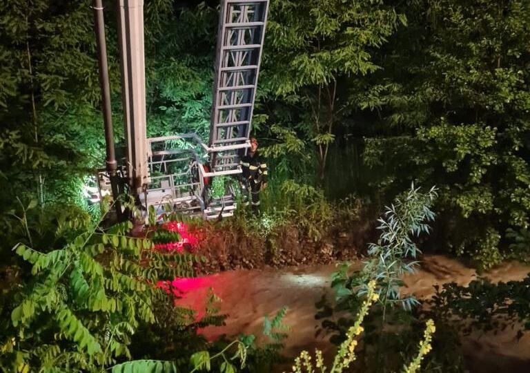 Patru familii din Neamţ sunt izolate după ce viiturile au rupt un podeț din lemn - Oamenii au refuzat evacuarea