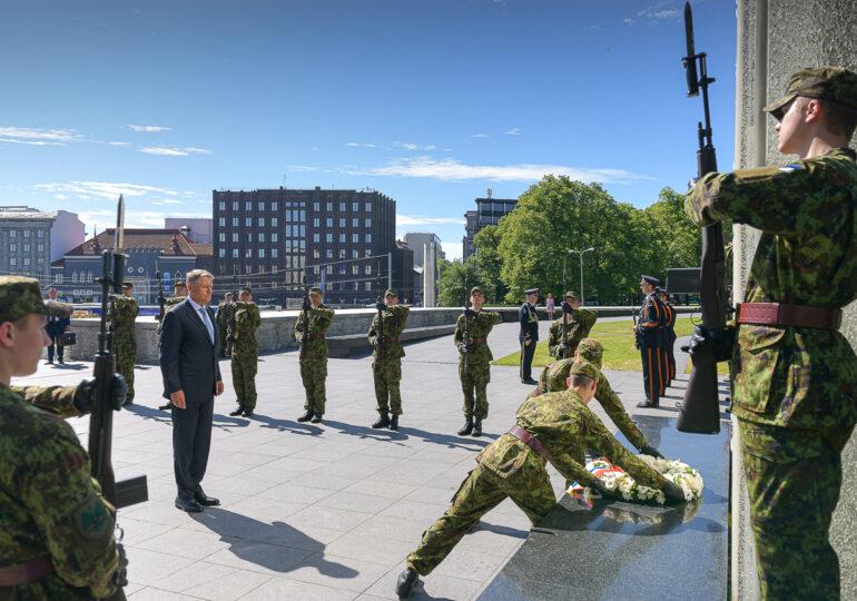 Cum și-a asumat Klaus Iohannis rolul de administrator al crizei pandemice și a militarizat părți din Guvern