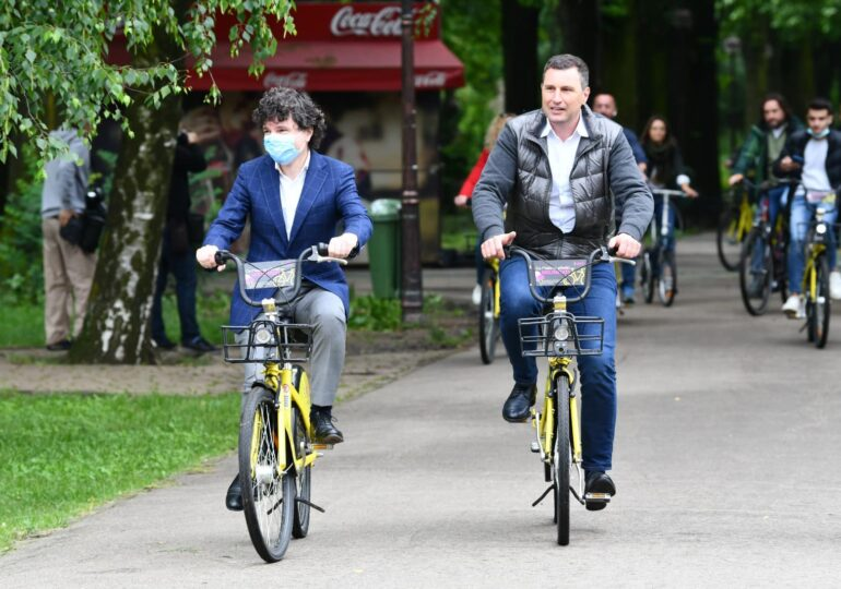 Iarba a fost tunsă azi în Herăstrău, că venea Nicușor Dan cu bicicleta. Întrebat dacă face duș cu apă rece, primarul a râs (Foto)