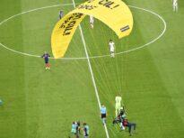 Meciul Franța – Germania, perturbat de un parașutist Greenpeace: Nemții, un car de nervi