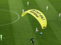 Greenpeace dezvăluie ce-și dorea de fapt parașutistul care s-a prăbușit pe stadionul din Munchen