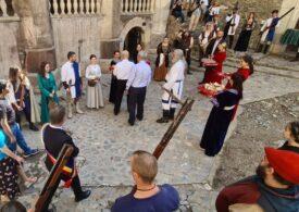 Cinci ambasadori ai unor ţări din Asia, primiți cu onoruri în stil medieval la Castelul Corvinilor din Hunedoara