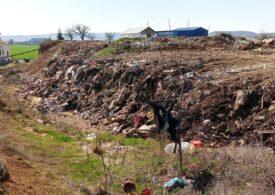 Munte de gunoi lângă DN1, în spatele unei biserici din Băicoi. Primăria a fost amendată