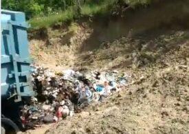 Garda de Mediu a găsit o groapă ilegală de gunoi, patronată chiar de către o primărie (Video)
