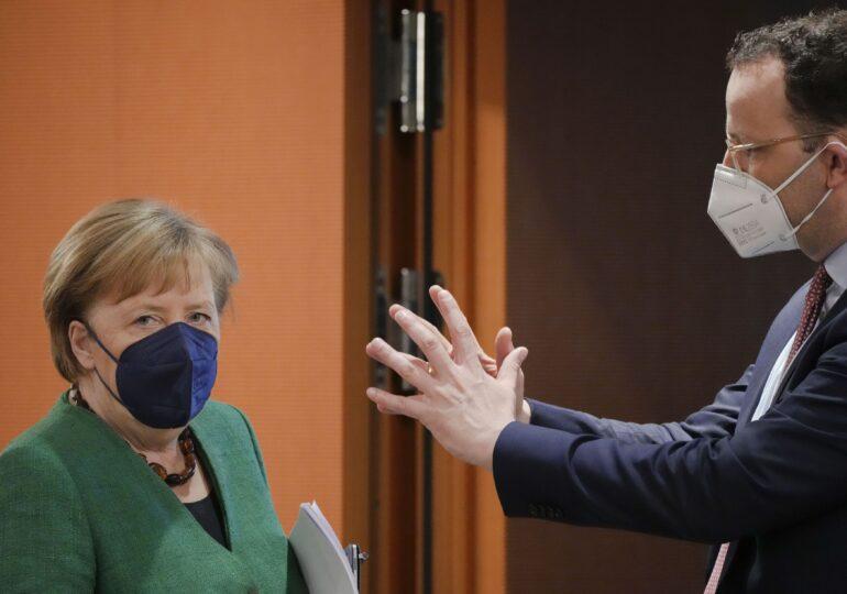 Ministrul Sănătății din Germania, acuzat că voia să dea măşti neconforme persoanelor defavorizate. Merkel îl susține