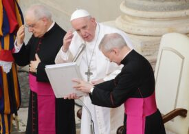 Papa Francisc încurajează un preot care apără homosexualii