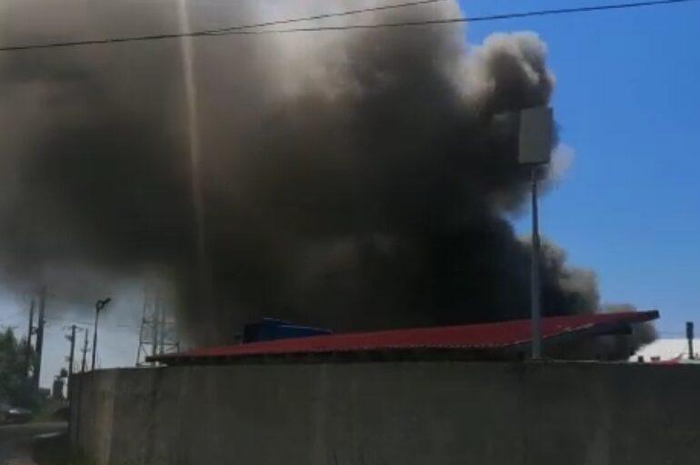 Incendiu langă trei rezervoare cu petrol, la o fabrică din Argeș. Un bărbat a suferit arsuri (Video)