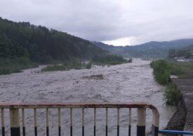 Ploile au făcut prăpăd în țară: 10 muncitori s-au refugiat într-un vagon remorcă, după ce apele s-au umflat în Vrancea
