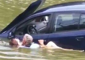 Un polițist din Iași s-a aruncat îmbrăcat în apă și a salvat la timp o tânără care risca să se înece (Video)