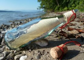 Un mesaj într-o sticlă şi-a găsit destinatar după ce a plutit trei ani în Oceanul Atlantic