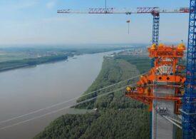 Operațiune spectaculoasă pe uscat și pe apă de montare a platformei pentru podul de la Brăila (Video)