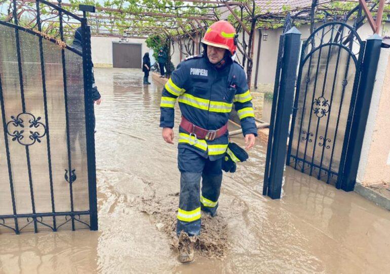 Inundaţii în 7 judeţe şi în Bucureşti după furtunile de sâmbătă