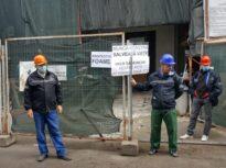 """Neplătiți din 2020, angajaţii Companiei de Consolidări au protestat lângă clădirile pe care le repară: """"Ne cerem drepturile! Vrem dreptate și respect!"""" (Foto)"""
