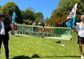 G7: Activiştii de mediu au organizat proteste inedite cu măştile liderilor lumii şi simularea unei bătălii (Video)