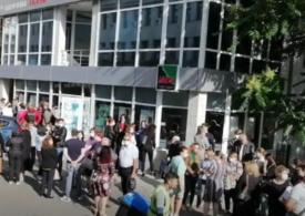 Angajaţii Primăriei Focşani au ieșit în stradă, nemulţumiţi că nu şi-au primit salariile. Poziţia Ministerului de Finanţe (Video)