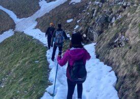 Doi tineri au rămas blocați în zăpadă pe Brâna Caraimanului: Salvamontiștii îi avertizează pe turiști