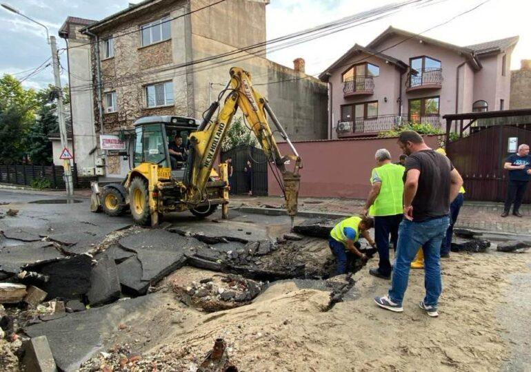 O furtună cu grindină a făcut ravagii în Craiova: O stradă s-a prăbușit, tramvaie blocate, oameni duși acasă de polițiști (Galerie foto)